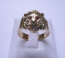 Bague or tête de lion avec yeux rubis et diamant dans la gueule