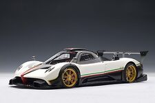 PAGANI ZONDA R  WHITE WITH ITALIAN STRIPE 1:18  AUTOart #78262 NEW IN BOX RARE