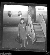 Portrait femme devant avion Luxair - Négatif photo ancien an 1950-60