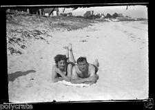 Négatif photo ancien - Portrait couple allongé dans le sable - plage - mer