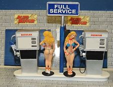 SERVICE STATION + SULTRY TWIN SISTERS GAS ATTENDANT 1:18-1:24 SCALE DIORAMA
