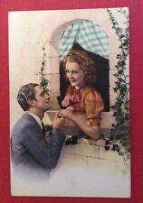 CPSM. Couple Amoureux.  Fenêtre. Lierre. Coiffure.
