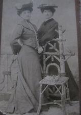 Photographie ancienne femmes élégantes mode costume Atelier Victoria 1904