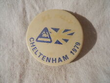 Badge insigne camping caravaning Cheltemham 1979