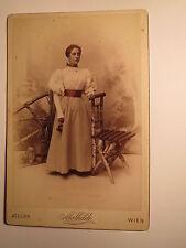 Wien - stehende junge Frau - Kulisse - Stuhl - koloriert / KAB