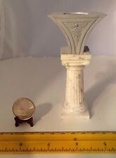 1/6 MINIATURE WHITE PLASTIC PILLAR PEDESTAL WITH ELECTRIFIED LAMP AT THE TOP