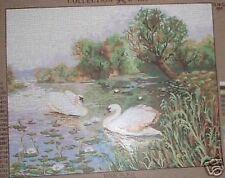 Cygnes sur un étang de pays tapisserie toile de tapisserie à l'aiguille - 19.5 « x 15,5 »