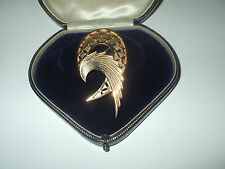 SUPERB LARGE VINTAGE SIGNED TRIFARI GOLD TONE BROOCH