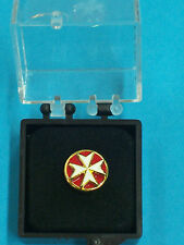 DISTINTIVO IN METALLO BOMBATO CAVALIERE ORDINE DI MALTA DISTINTIVO SPILLA BOX OF