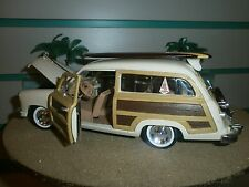 "1949 FORD WOODY W/ 5"" LONG BOARD SURFBOARD & FIN SURF BEACH 60'S LOGO 1:24 SCALE"