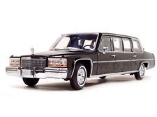 1983 CADILLAC FLEETWOOD PRESIDENTIAL LIMOUSINE & FLAGS 1/24 ROAD SIGNATURE 24098