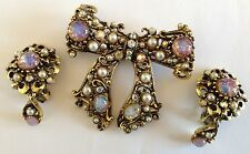 VINTAGE HOLLYCRAFT SIGNED FAUX OPAL RHINESTONE & PEARL BROOCH AND EARRINGS