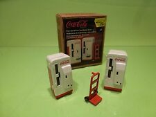 VINTAGE COCA COLA 2x POP MACHINES + HAND CART - RED + WHITE  1:24 - GOOD IN BOX