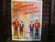 AFFICHE CINEMA (120x160) ATTENTION UNE FEMME PEUT EN CACHER UNE AUTRE (A18)