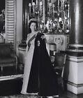 Queen Elizabeth II 10 x 8 UNSIGNED photo - P1042