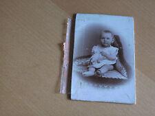 KAB 83 Kleinkind auf einem Sessel