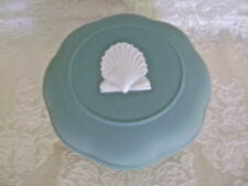 LOVELY WEDGWOOD TEAL JASPERWARE ROUND SCALLOPED BOX WITH SEA SHELL DECORATION