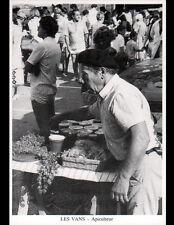LES VANS (07) APICULTEUR MARCHAND de MIEL au Marché en 1986