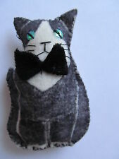 NERO / BIANCO (Smoking) cat-felt handmade spilla / pin-gift IDEA * CAT Carità *