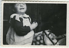 PHOTO ANCIENNE - ENFANT FILLE JOUET RIRE - GIRL TOY LAUGHING - Vintage Snapshot