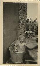 PHOTO ANCIENNE - VINTAGE SNAPSHOT -ENFANT BAIN BAIGNOIRE POUPÉE POUPON-BATH DOLL