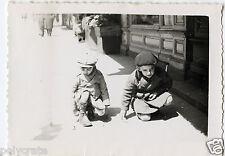 Portrait deux jeunes garçons petites voitures -  Photo ancienne an. 1930