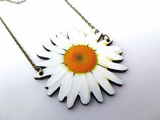 VIBRANT STATEMENT WOODEN WHITE DAISY FLOWER ANTIQUE GOLD NECKLACE PENDANT