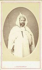 Photo cdv : Berthomier ; Personnage d'Algérie à la capuche en pose , vers 1865