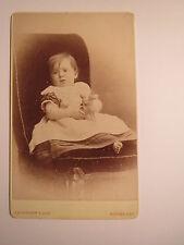 Rothesay - auf einem Sessel sitzendes Kind mit Spielzeug Pferd / CDV Schottland