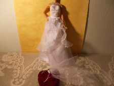 BARBIE WHITE BEAUTIFUL GOWN SILVER IRRIDESCENT TRIM & VEIL B3014 .
