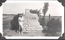 VINTAGE PHOTOGRAPH '41 EL PASO TEXAS LADY ROADSIDE SIGN FASHION OF ERA OLD PHOTO