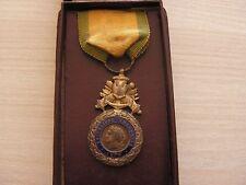 superbe    medaille militaire biface monobloc en boite