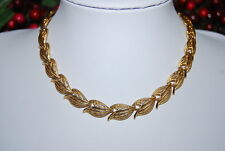 VINTAGE MONET NECKLACE OF GOLD TONED METAL CONTINUOUS LEAVES WITH CHAIN CLOSURE