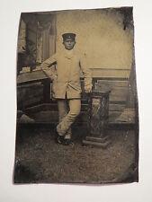 stehender Mann mit Mütze in Kulisse - 1894 / Ferrotypie