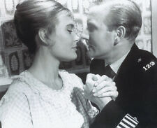 Shirley Eaton and Leslie Phillips UNSIGNED photo - 3347 - Carry On Sergeant