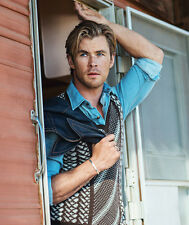 Chris Hemsworth UNSIGNED photo - B178 - HANDSOME!!!!!