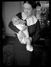 Jeune femme & enfant bébé - Ancien négatif photo an. 1930