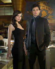 Smallville UNSIGNED photo - E371 - Tom Welling and Erica Durance