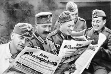 Photo WW2 - Les soldats allemands lisent la Presse de guerre