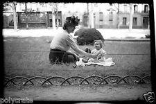 Jeune femme avec bébé assis herbe parc Paris - Ancien négatif photo an. 1940