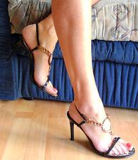 High Heel Stiletto mit Gold Ring zum Anbeißen  getragen