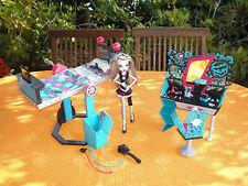 Monster High Puppe Frankie Stein & drehbares Spiegelbett & Frisiertisch