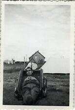 PHOTO ANCIENNE - VINTAGE SNAPSHOT - CAMPING TENTE REMORQUE DRÔLE FLOU HOMME