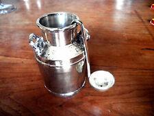Petit pot à crème de table en métal argenté.