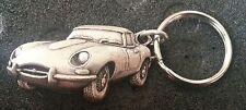 Jaguar Schlüsselanhänger E-Type silbern relief - Maße Fahrzeug 46x25mm