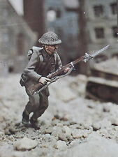 VALIANT MINIATURES BW2-3J BRITISH INFANTRY 1943-44 RIFLEMAN MOUNTED ON STAND