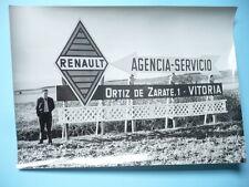 PHOTO ANNÉES 1950  RENAULT DANS LE MONDE INSOLITE PANNEAU ROUTIER ESPAGNE