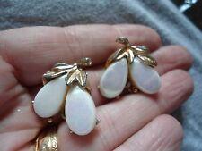 VINTAGE PAIR OF WHITE AB CABOCHON GOLD TONE FLOWER DROP CLIP BACK EARRINGS AG12