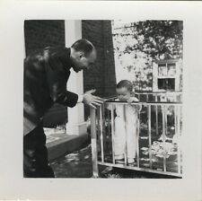 PHOTO ANCIENNE - VINTAGE SNAPSHOT - ENFANT BÉBÉ PARC HOMME PROFIL - CHILD MAN