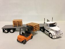 INTERNATIONAL LONESTAR, FLATBED w/FORKLIFT PALLETS, 1:43 DIECAST NEW RAY TOYS WH